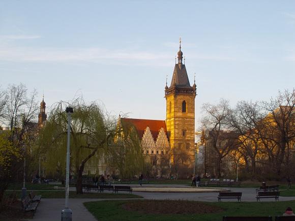 Das Bild zeigt das Neustädter Rathaus am Karlsplatz in Prag.