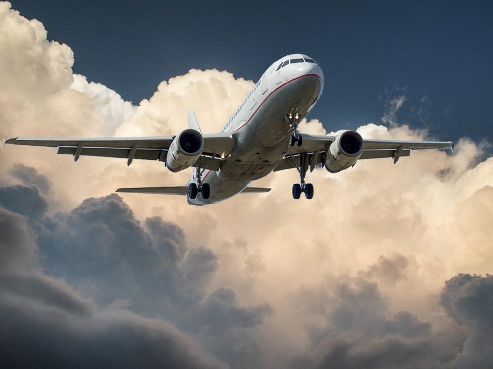 Ein Flugzeug transportiert die Güter zum vereinbarten Bestimmungsort