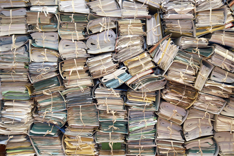 Eine Menge gestapelter Geldbündel