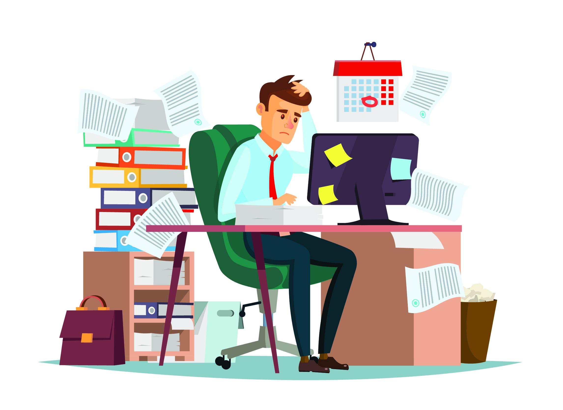 Ein Mann sitzt vor einem sehr vollen Schreibtisch