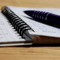 Kugelschreiber liegt auf beschriebenem Blatt Papier